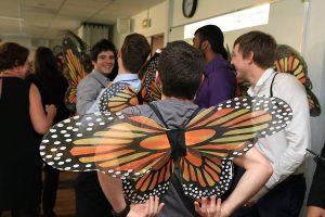 Des étudiants avec des ailes de papillons dans le dos font la fête