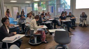 Les enseignants assis à leur bureau dans une classes
