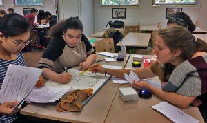 Des étudiantes travaillent en groupe pendant leur cours de chimie