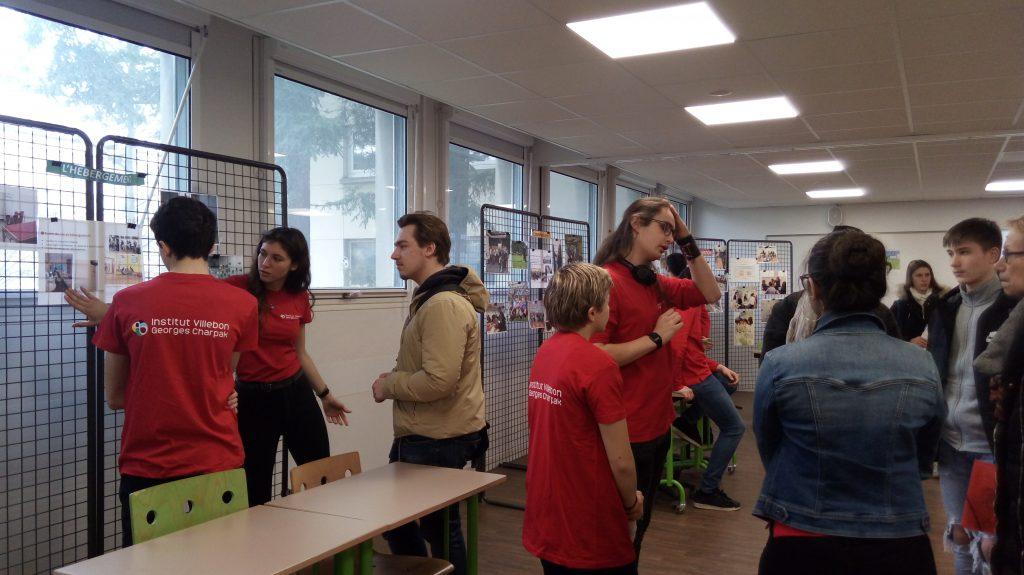 Les étudiants de l'institut présentent leur lieu d'études sous forme de stand