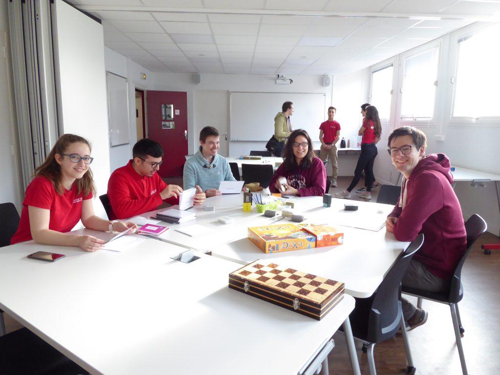 Les enseignants, tuteurs et étudiants font découvrir des jeux mathématiques aux visiteurs