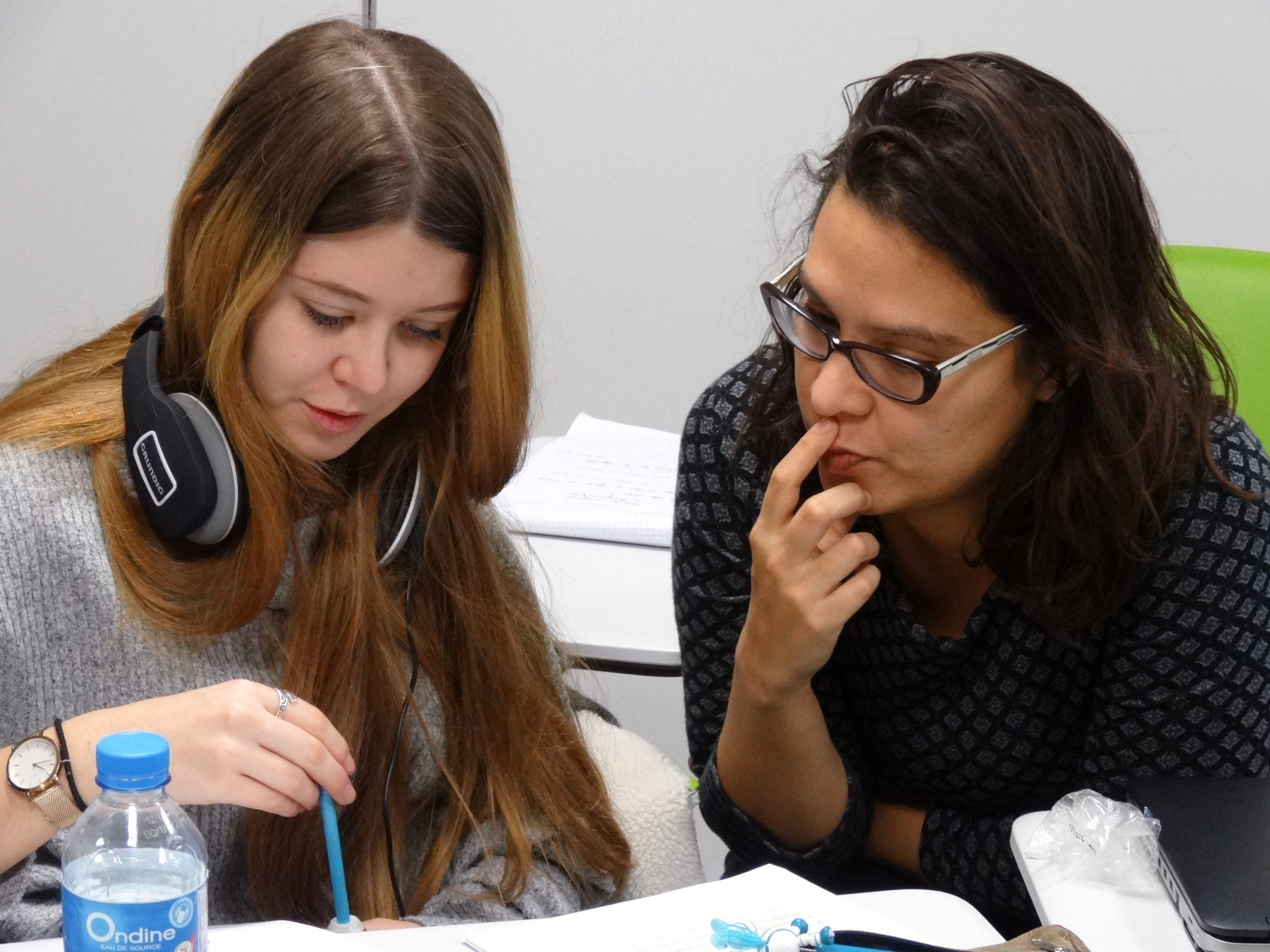 Une enseignante de l'institut qui aide une étudiante